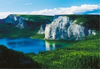 画像:3月 ナハニ国立公園(カナダ) 魅惑の世界遺産 2020年カレンダー